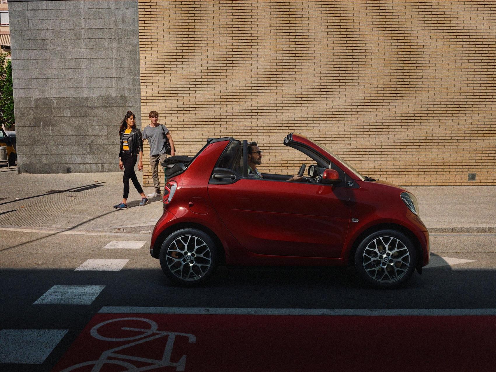 Een smart EQ fortwo cabrio op straat.