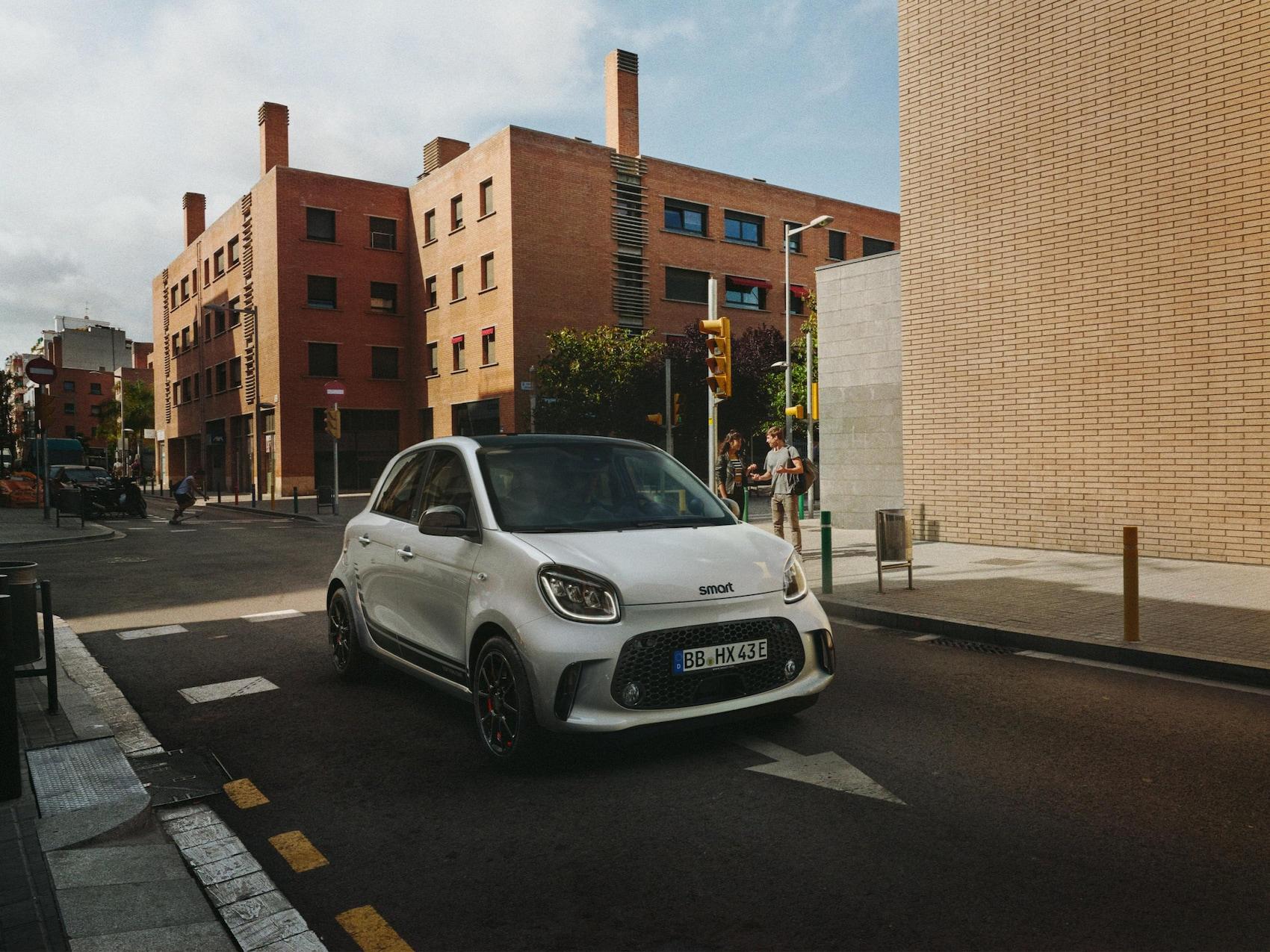 Ein smart EQ forfour Edition One auf einer Straße in der Stadt.