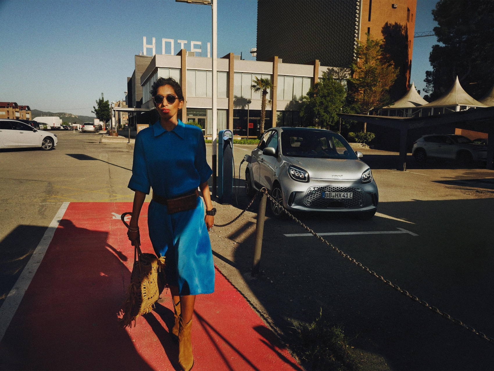 Ein Mann läuft von einem geparkten smart EQ fortwo weg.