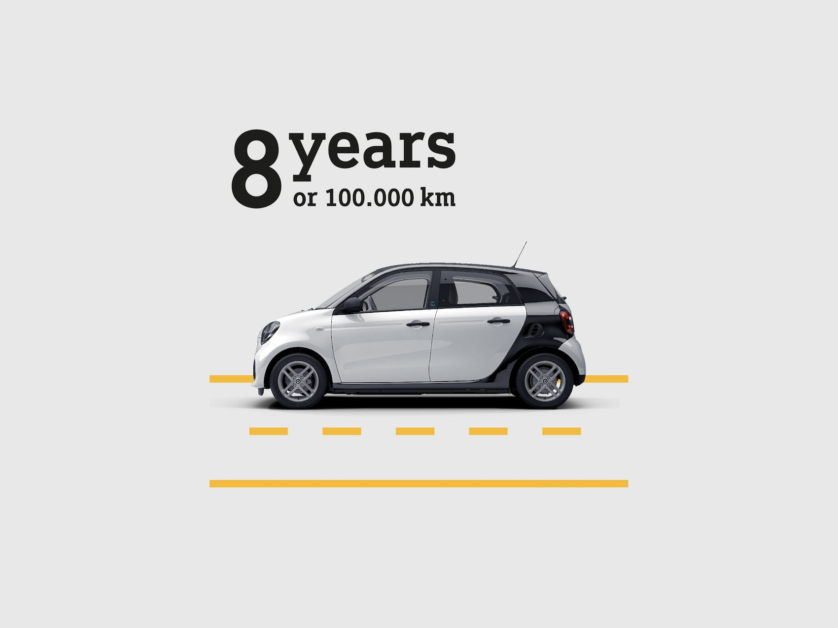 """smart EQ forfour auf einer skizzierten Straße zeigt das """"8 years or 100 km"""" versprechen."""