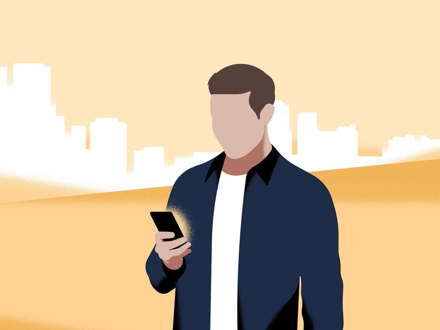 Um homem olha para o seu smartphone.