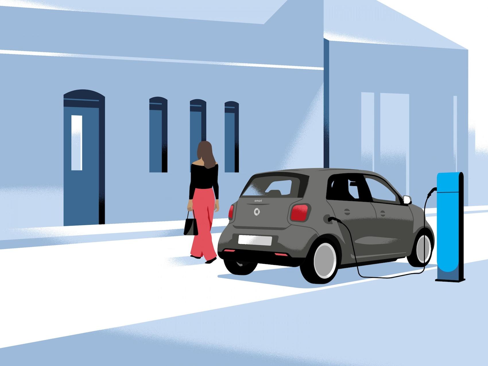 Eine Frau kehrt nach Hause zurück und lässt ihren smart an der Ladesäule laden.