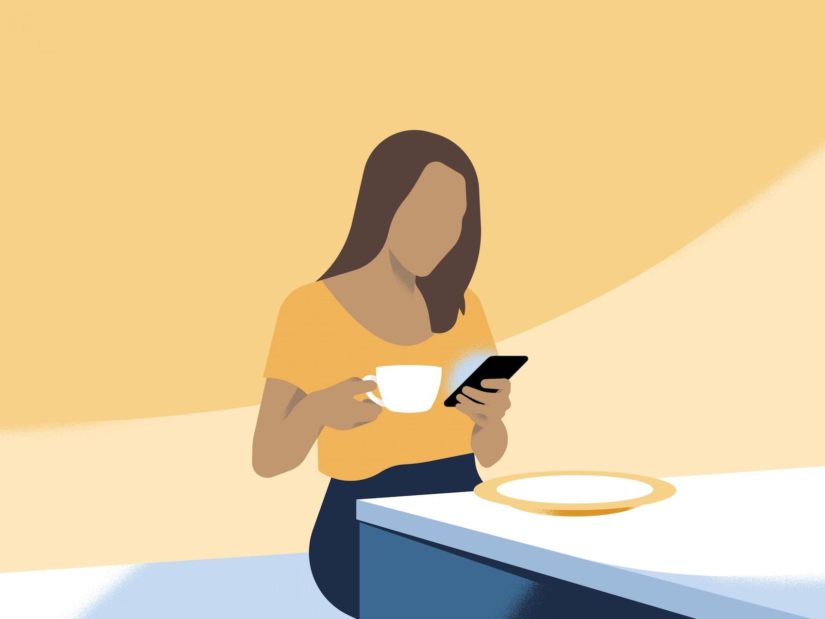 Eine Frau sitzt zum Frühstück in einem Café.