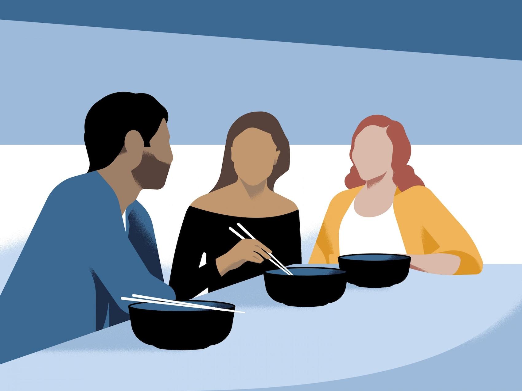 Tre persone cenano insieme sedute a tavola.