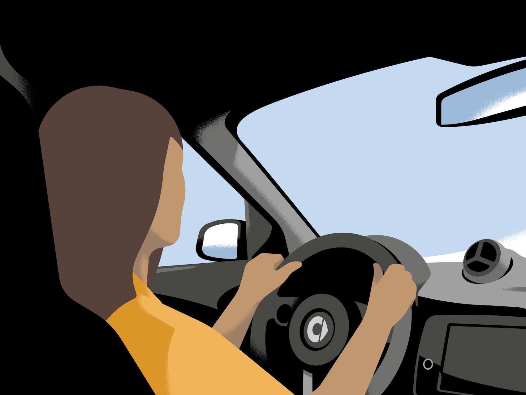 Ženska sedi za volanom svojega vozila smart EQ fortwo.