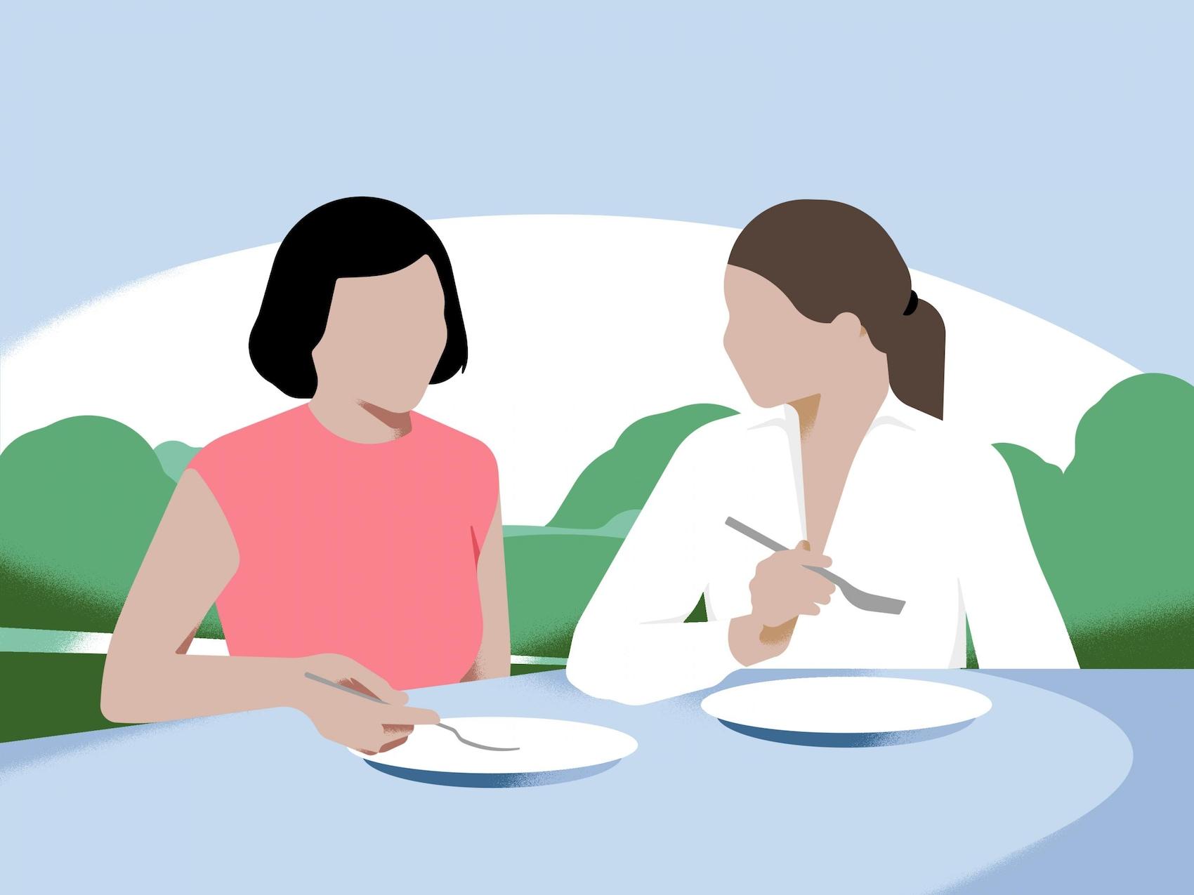 Zwei Frauen essen zusammen.