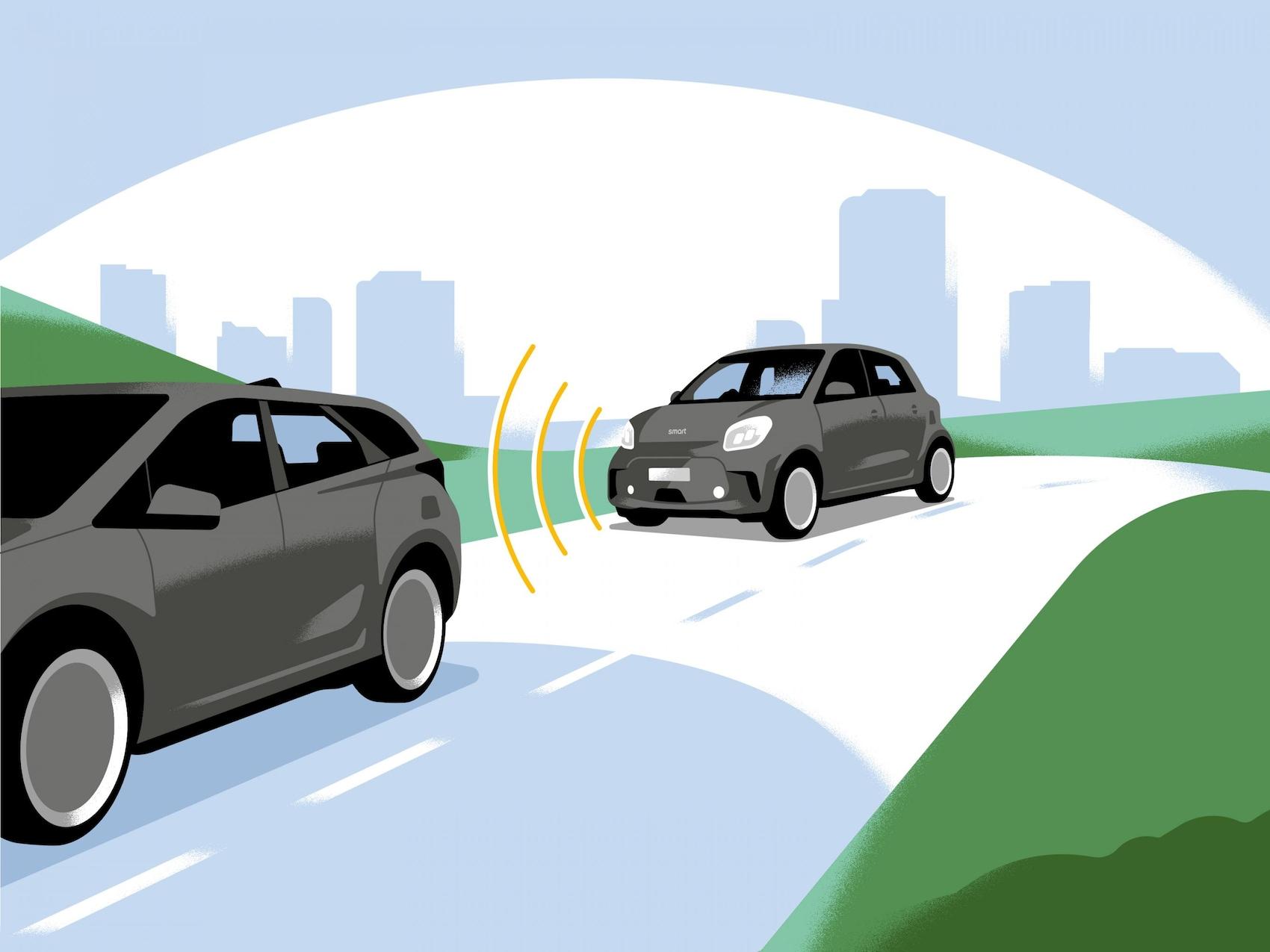 Ein smart EQ forfour fährt hinter einem PKW und nutzt radarbasierte Rekuperation.
