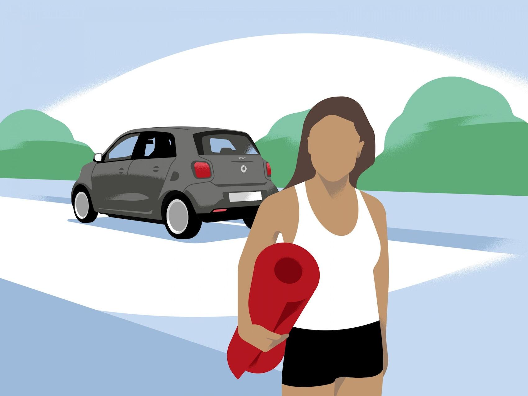Eine Frau läuft mit Sportmatte unterm Arm von ihrem smart weg.
