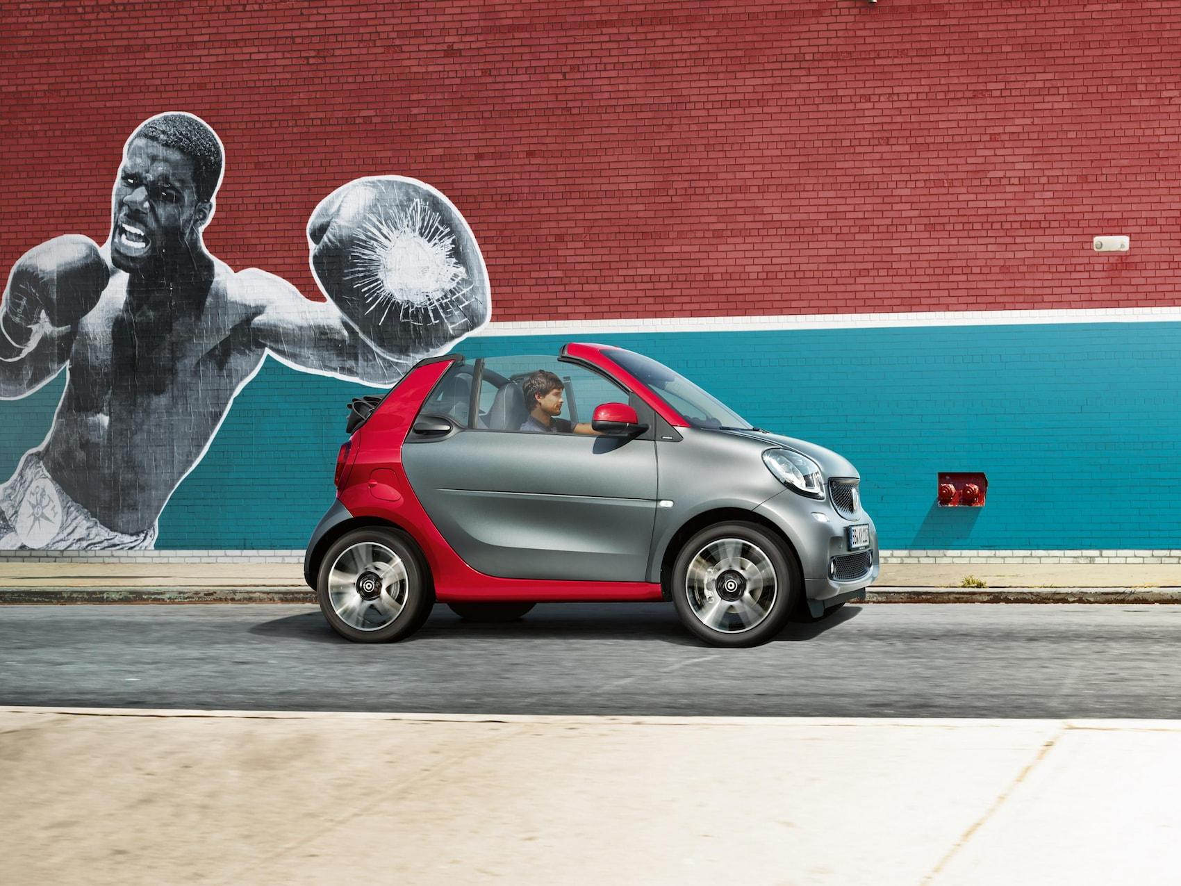 smart fortwo cabrio auf einem Parkdeck unter blauem Himmel.