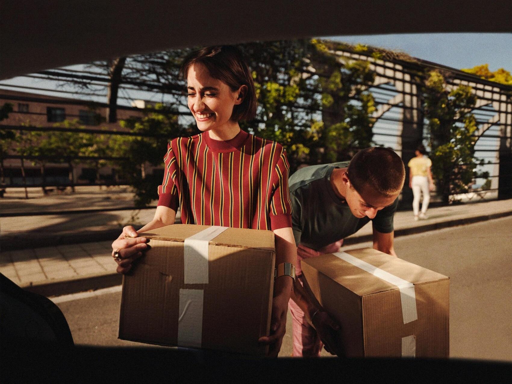 Frau mit Paketen