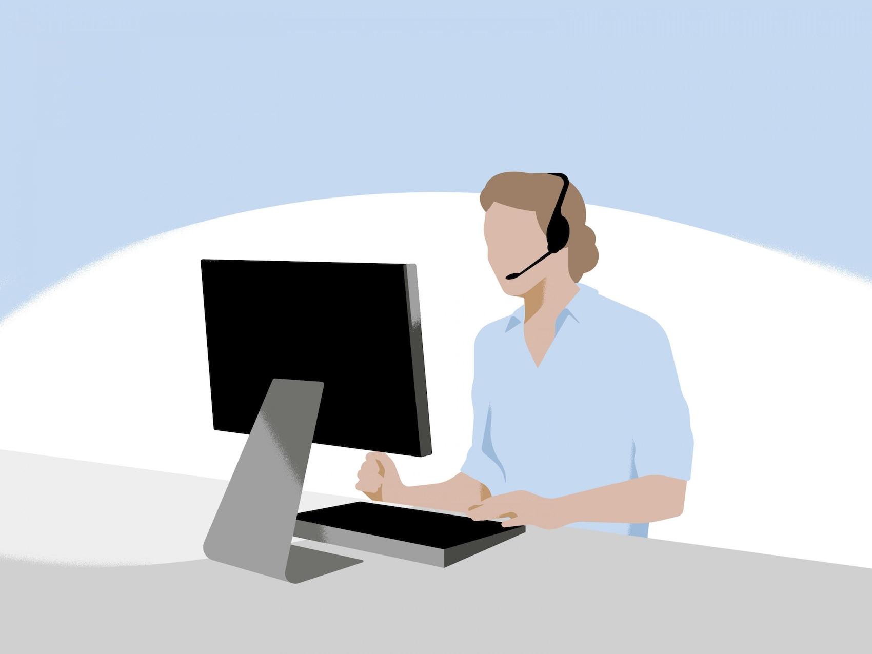 Mann mit Headset sitzt vor einem Computer