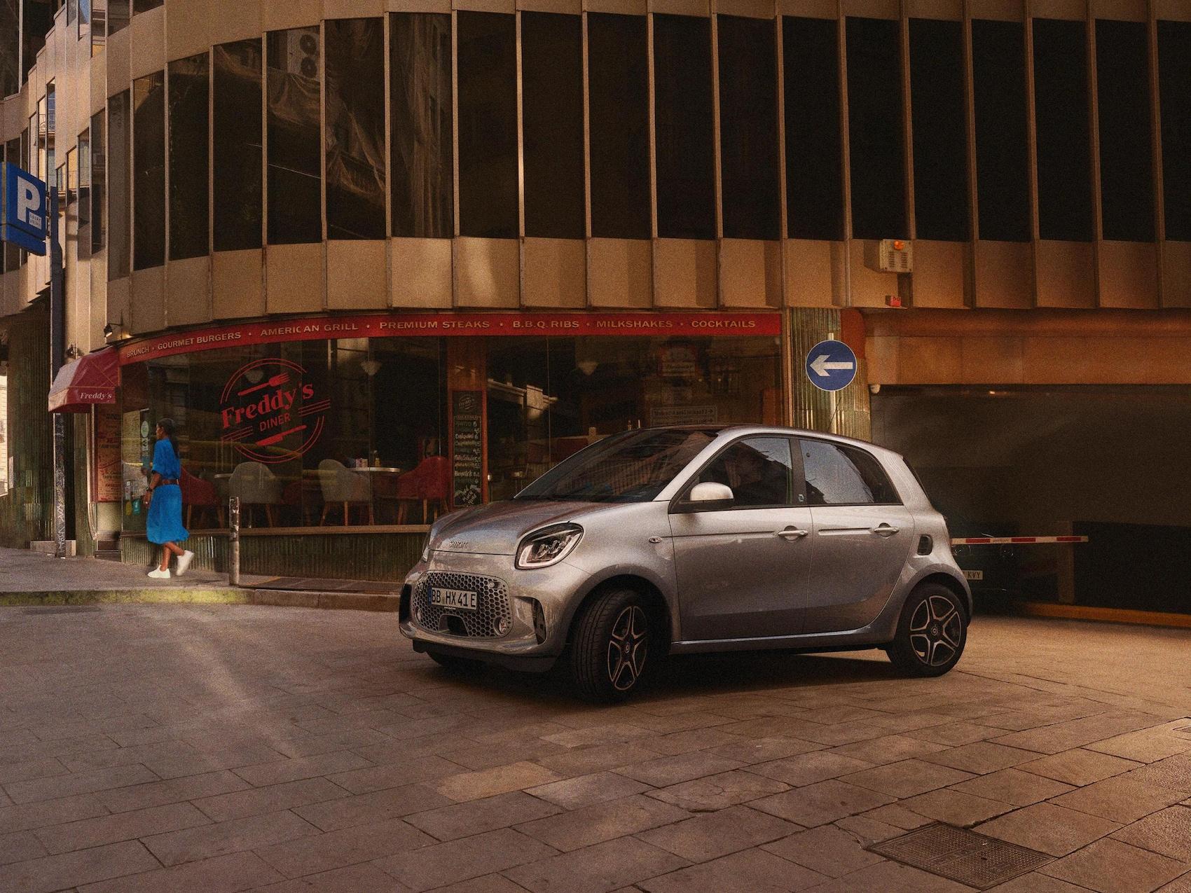 Ein smart EQ forfour steht vor einem Gebäude
