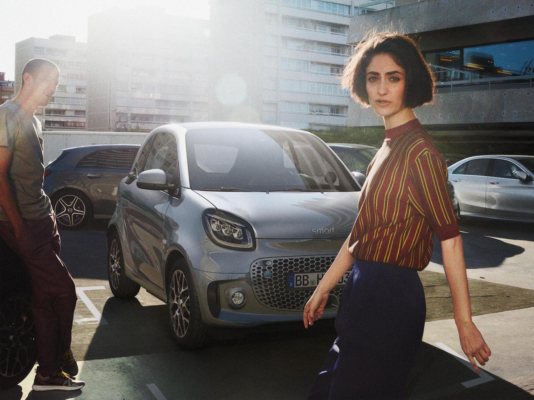 Žena stoji ispred modela smart EQ fortwo