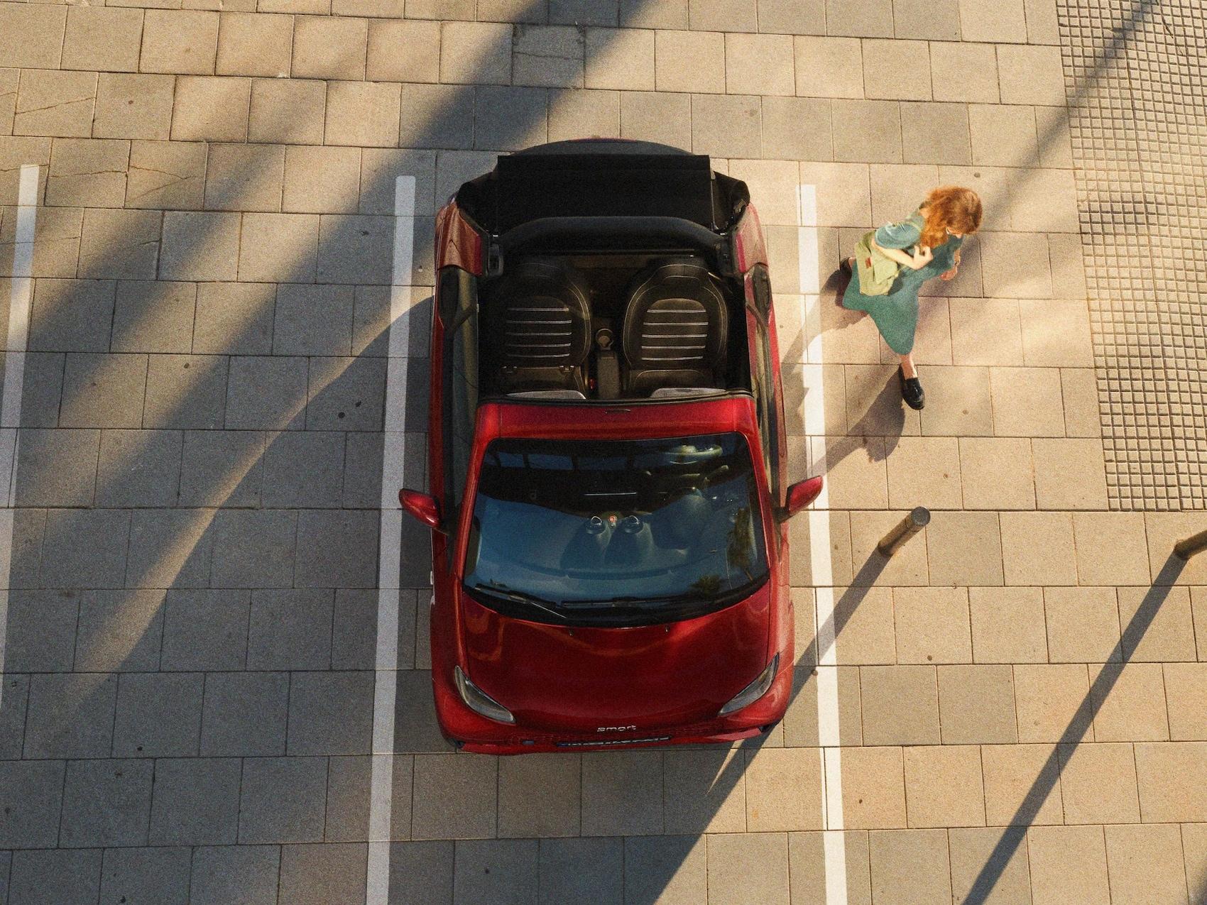 Een smart EQ fortwo cabrio van boven