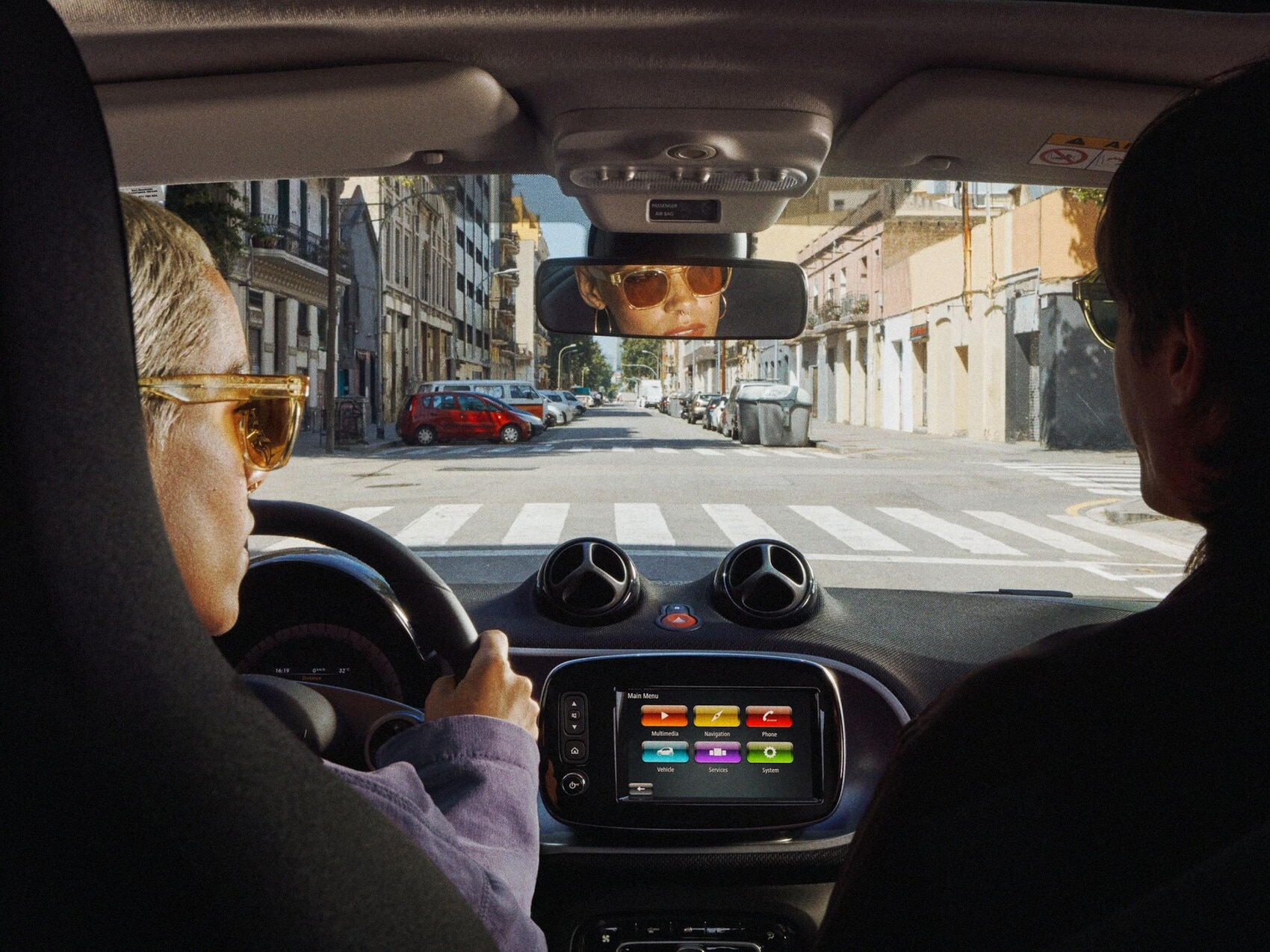 Pohľad zinteriéru smartu na cestu ponad plece.