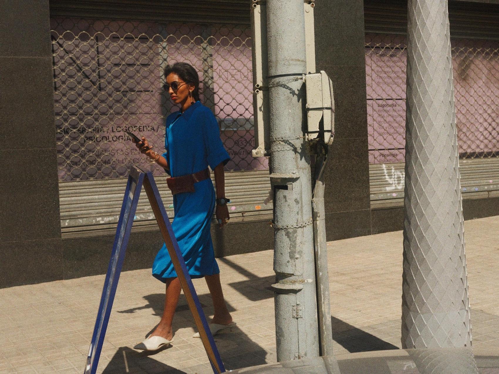 Eine Frau guckt auf ihr Mobiltelefon.