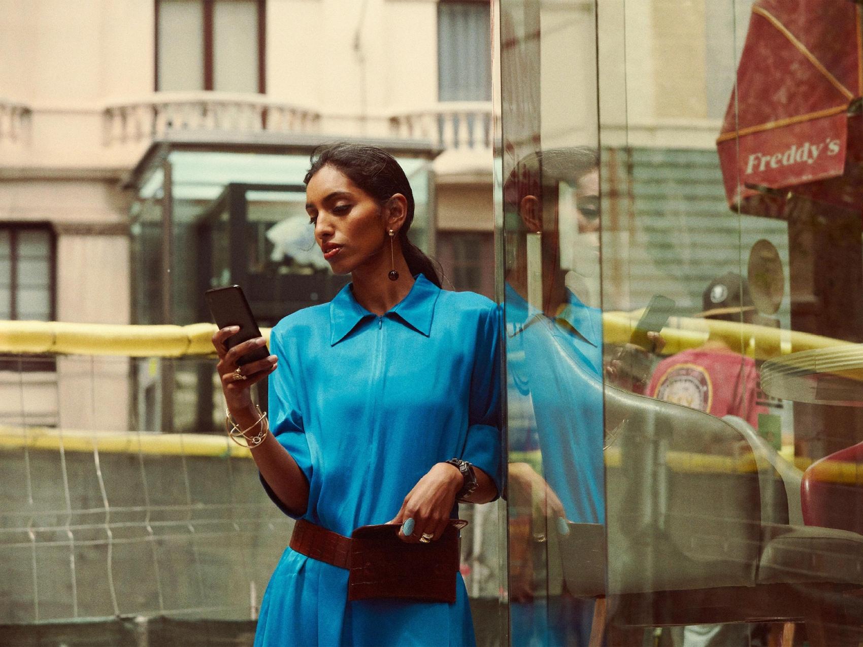 Une femme utilise les services « ready to » sur son téléphone portable.