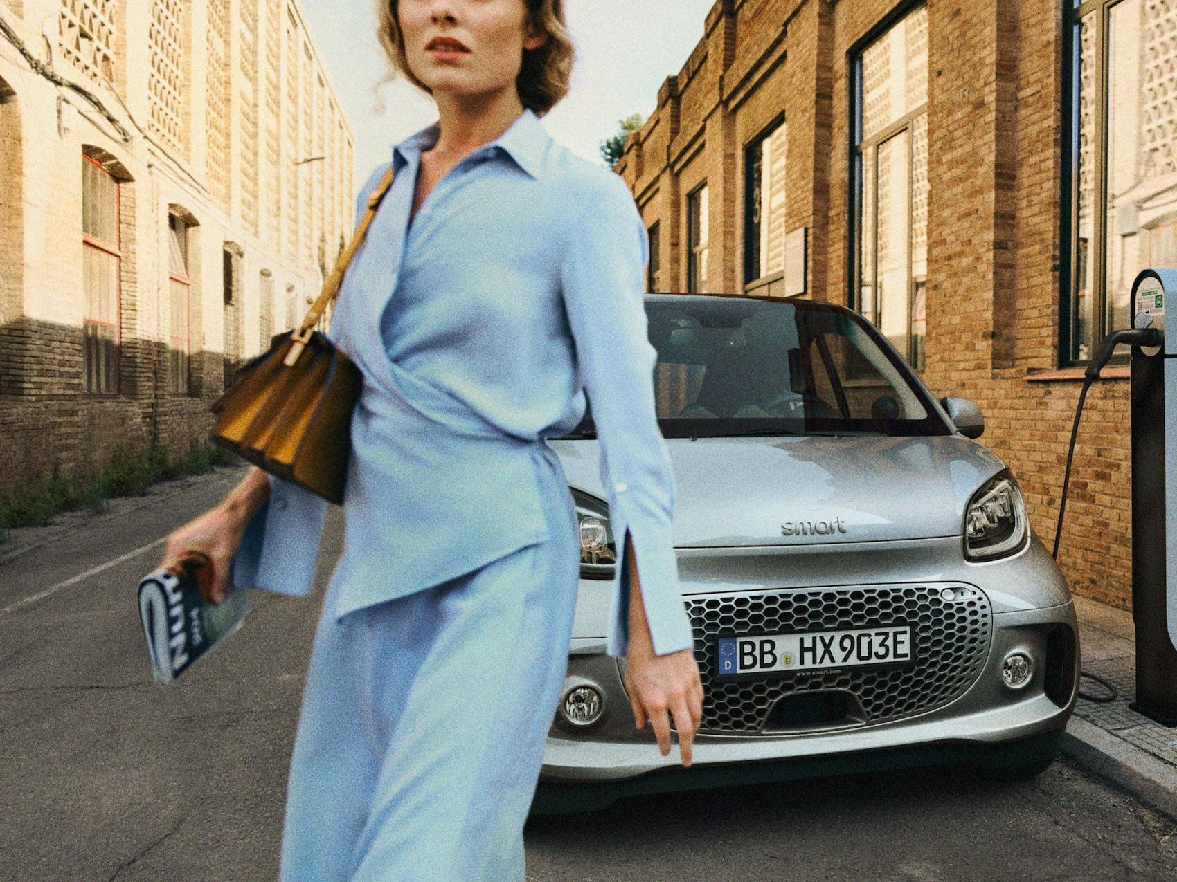 smart EQ forfour mit Frau in blauem Kleid