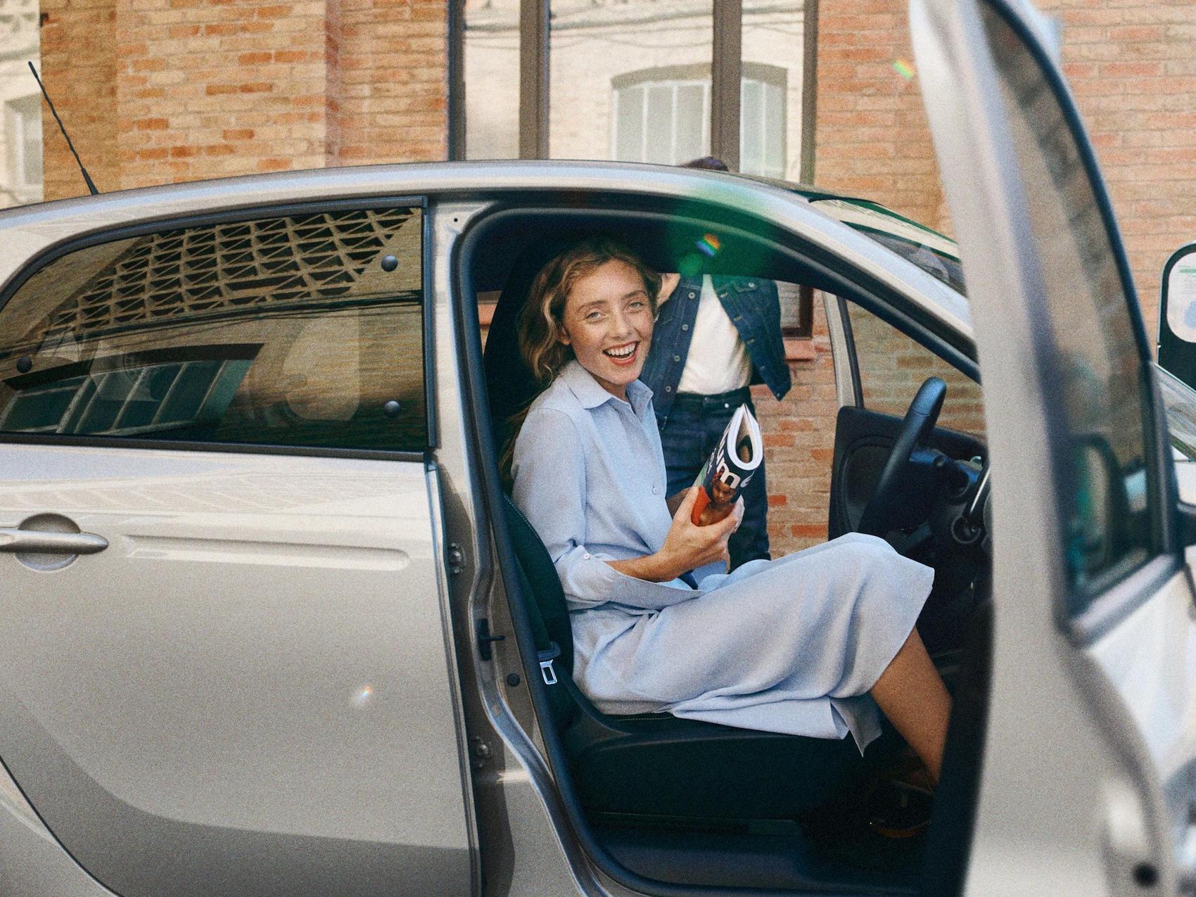 smart EQ forfour avec femme en robe bleue.