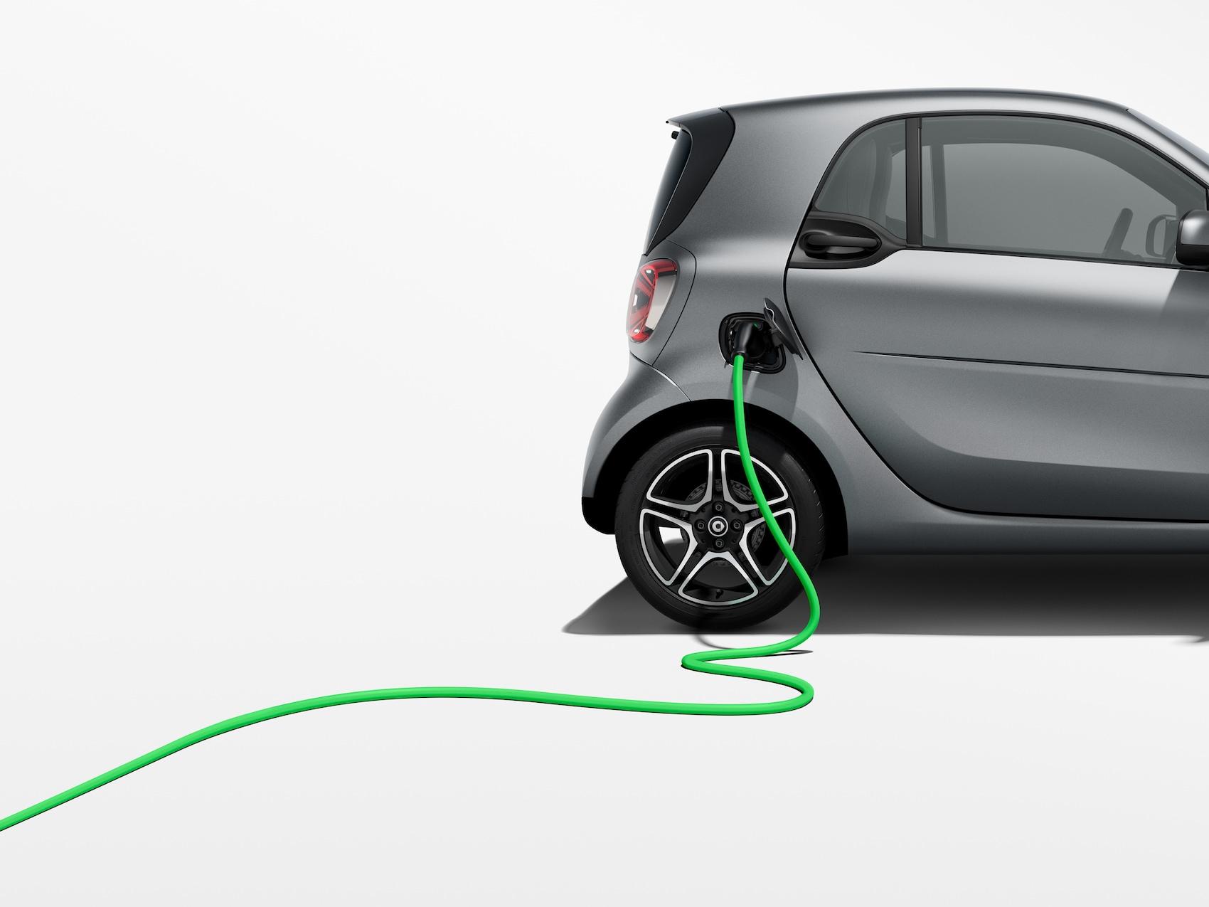 smart EQ fortwo in grau mit grünem Ladekabel