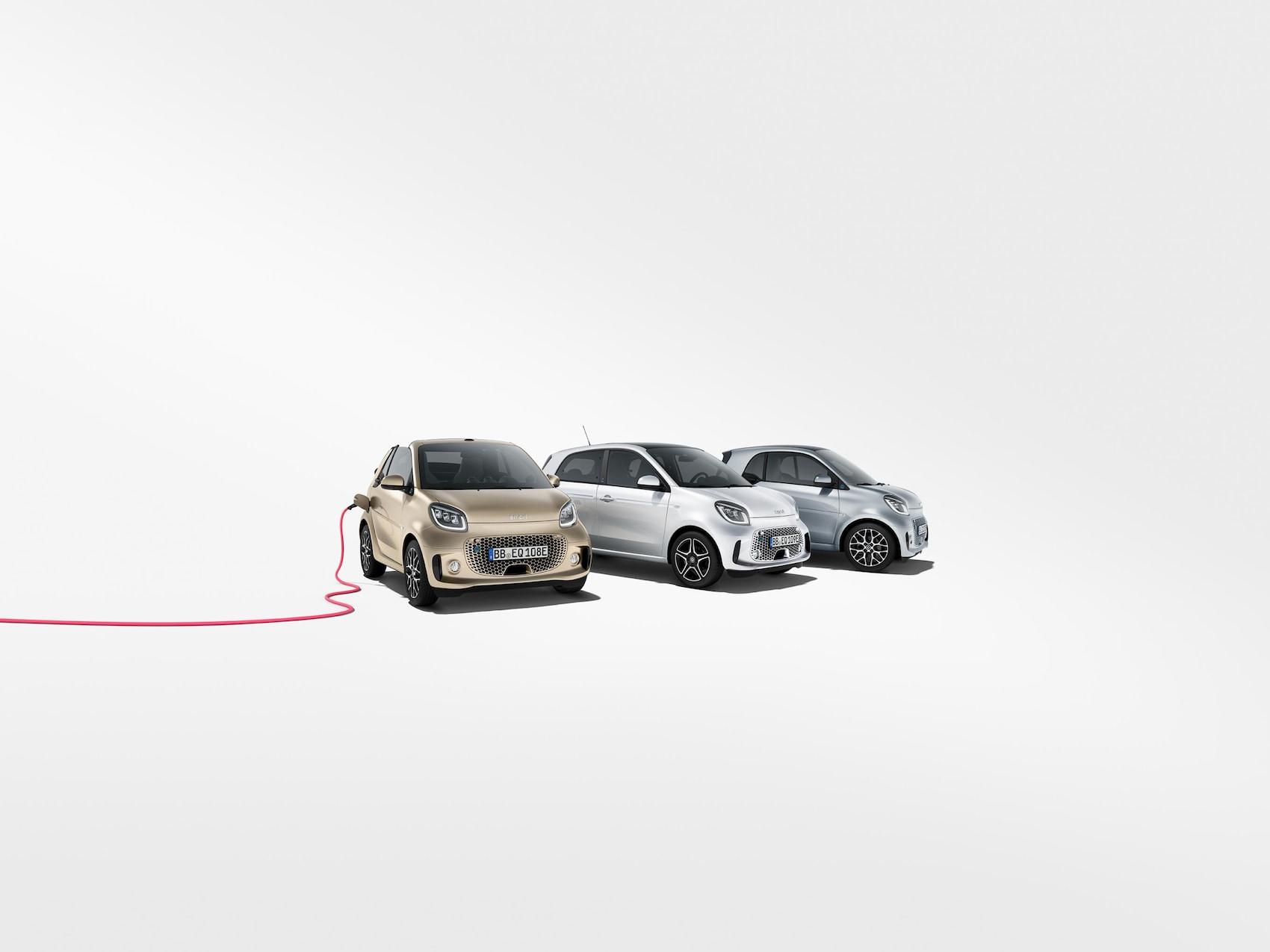 smart EQ forfour, smart EQ fortwo und smart EQ fortwo cabrio mit rotem Ladekabel
