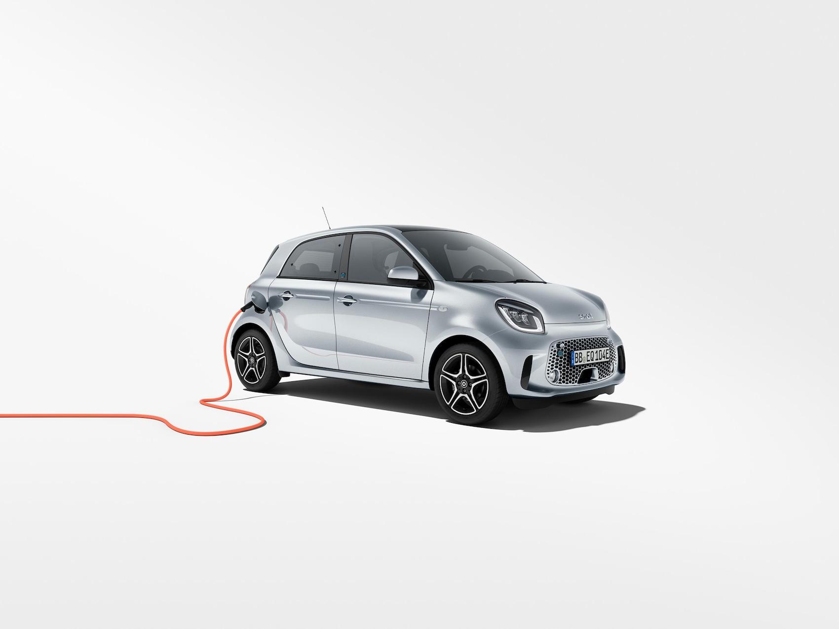 Modelul smart EQ forfour argintiu cu cablu de încărcare roșu
