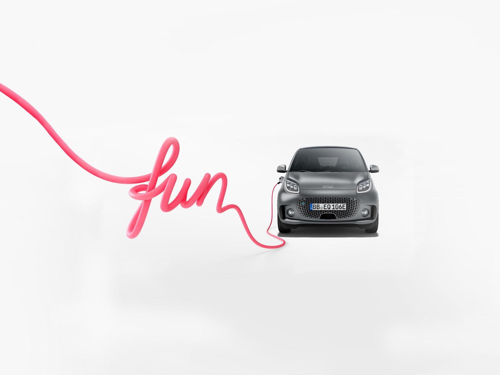smart EQ fortwo in grau mit pinkem Ladekabel und Schriftzug fun