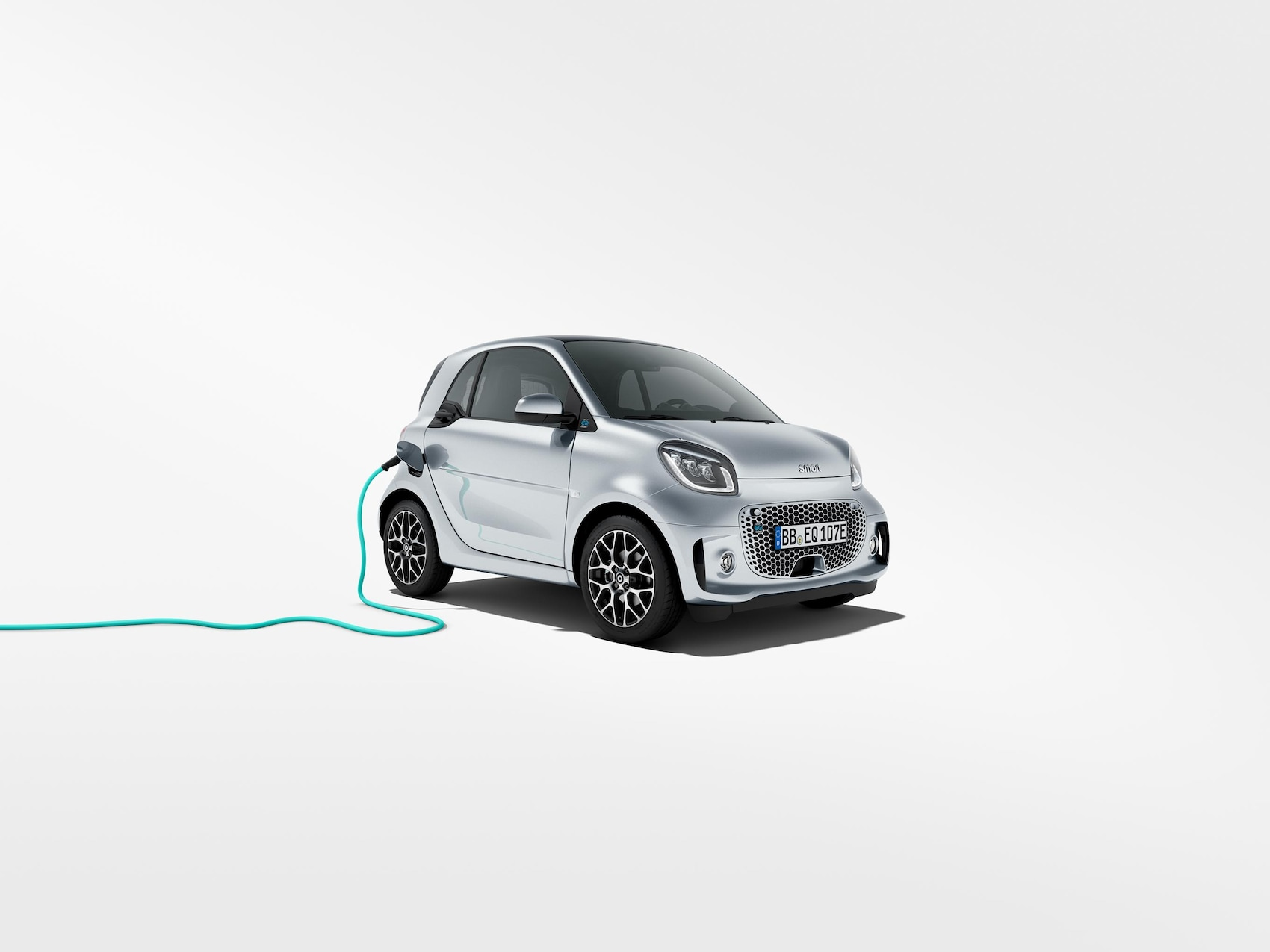 smart EQ fortwo en color plata con cable de carga turquesa