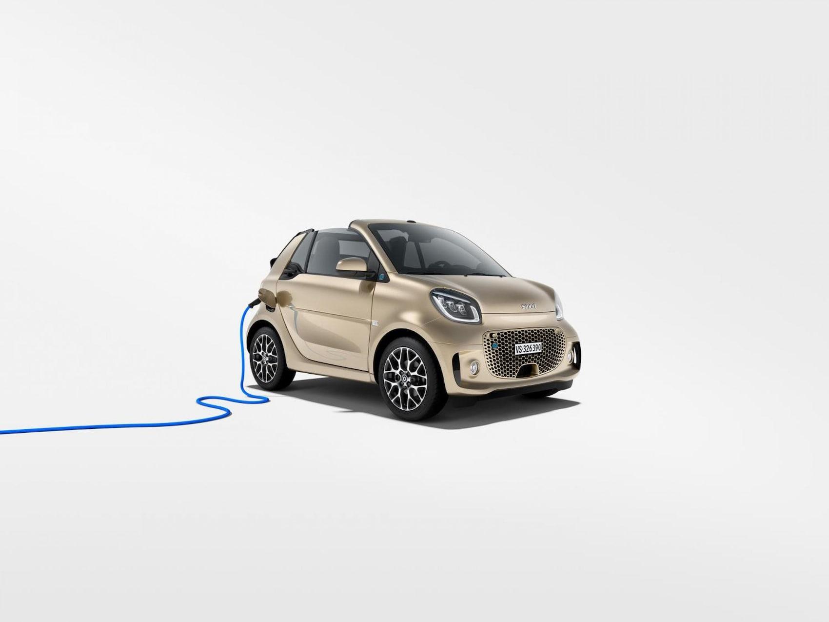 smart EQ fortwo cabrio in gold mit blauem Ladekabel