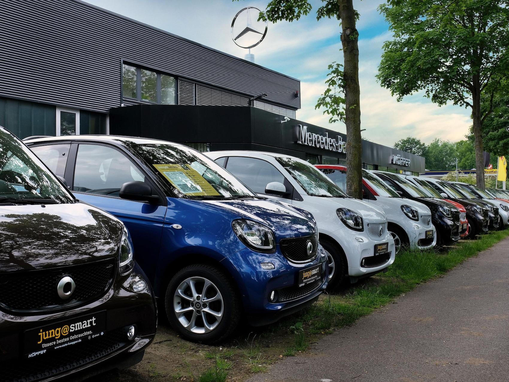 Ansicht Autohaus Herbert Köpper mit parkenden Autos